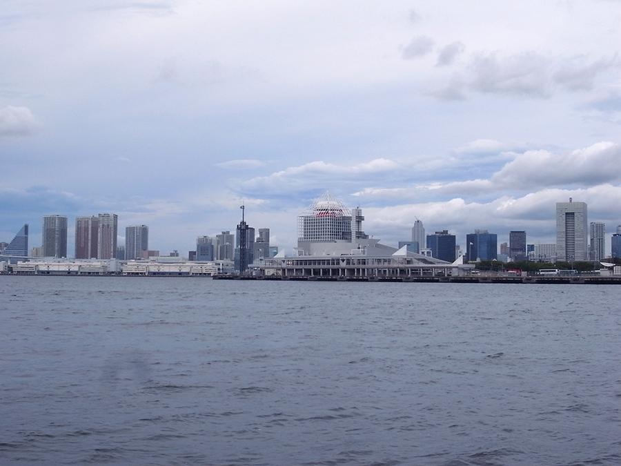 晴海の選手村敷地と運河に面する晴海客船ターミナル
